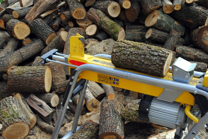 An example of how a gas- driven log splitter looks