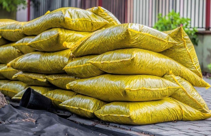 Sacks of soil, compost, or fertilizers are some of the heavy hauls you need in your garden.