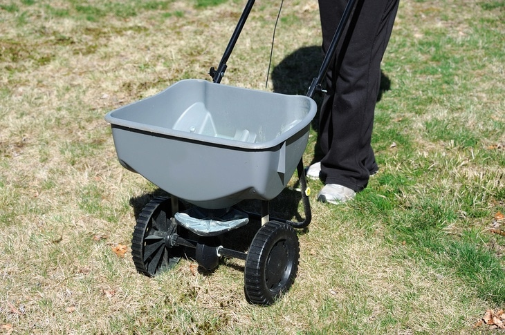 This drop spreader has wheels made of durable plastic.