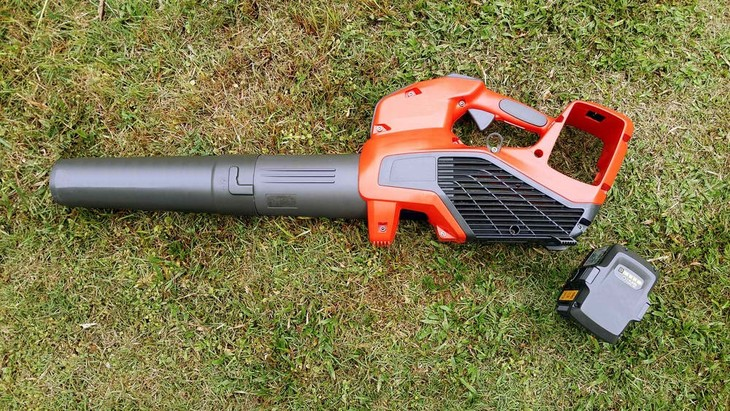 Battery-powered blower mulchers are lighter and work more efficiently than other types