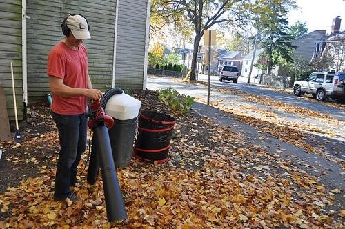 Leaf blower vacuum mulcher can collect and mulch leaves at the same time