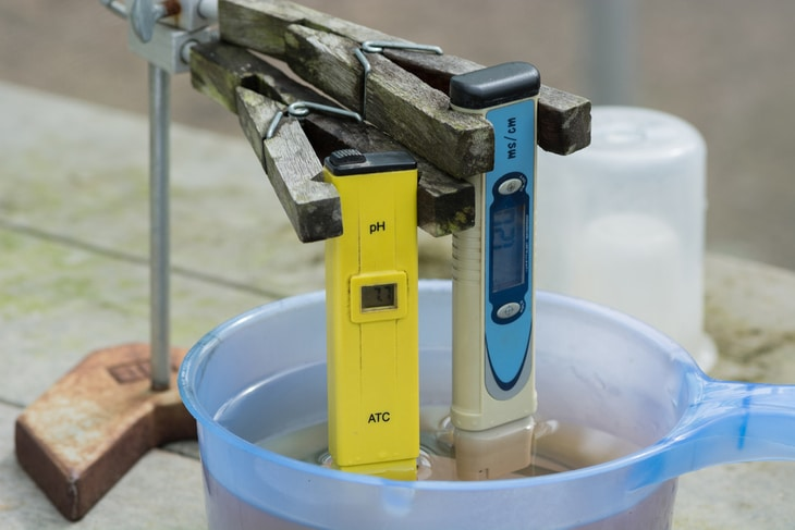 An electronic pH meter can be used to measure pH level of water in DWC hydroponics