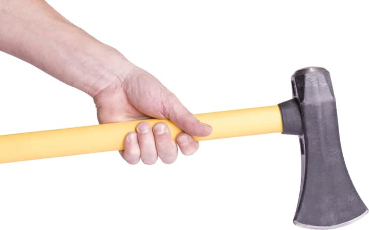 The user should be comfortable in holding the handle of the splitting maul