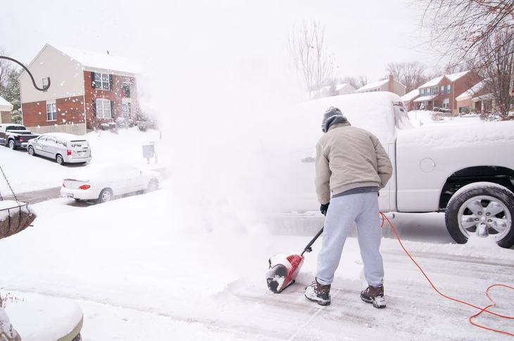With an electric snow thrower, you can save a lot of time and energy compared to using a snow shovel