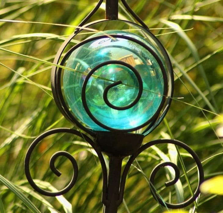Green solar garden light near grass